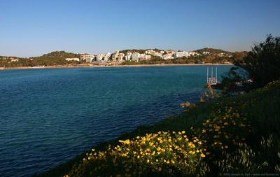 Posh resorts on the Saronic Gulf shoreline