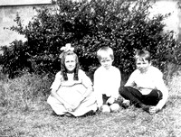 Hilda Carruthers in curls with two other kids