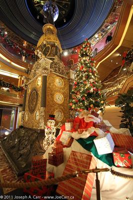 JoeTourist: Rotterdam, the ship &emdash; Christmas gifts around the Atrium antique clock